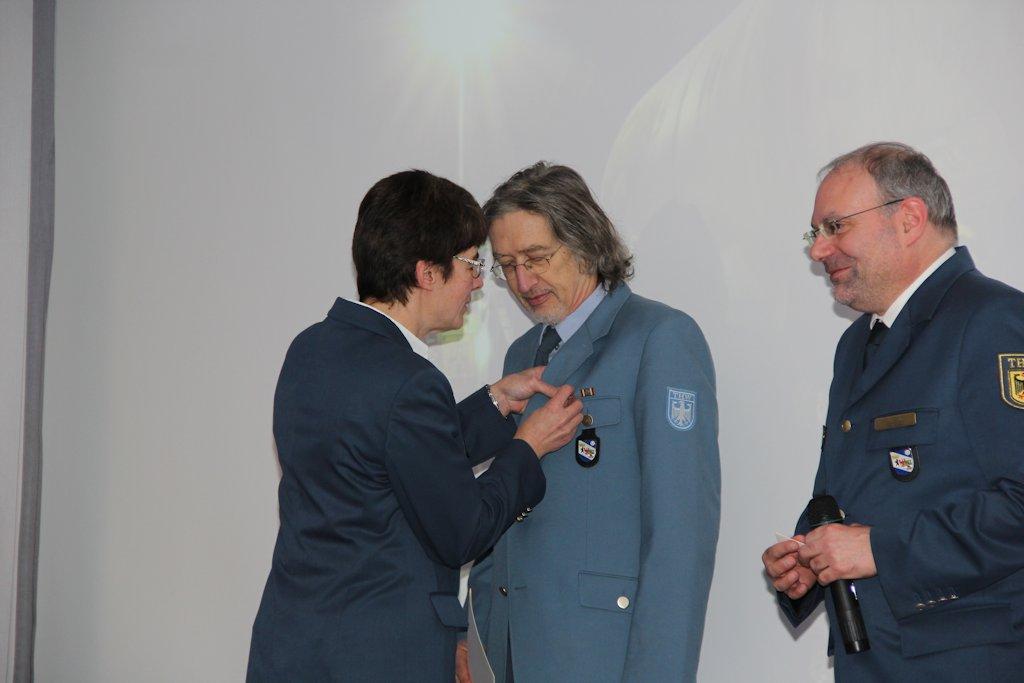 Auch Wigard Mai wurde mit dem Helferzeichen in Gold geehrt. Bild:THW/Paul Jerchel