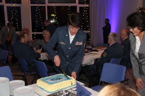 Ortsbeauftragte Hedwig Karkut schneidet den Kuchen an. Bild:THW/Paul Jerchel