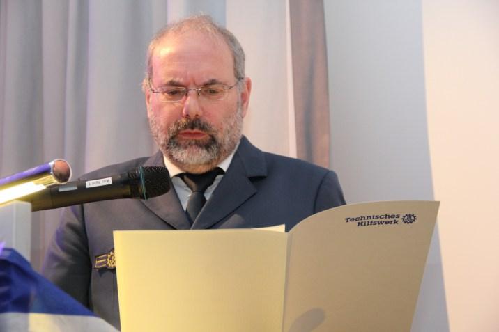 Leiter der Regionalstelle Jürgen Coym verliest die Verleihungsurkunde für Jan Holste