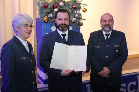 Ortsbeauftragte Hedwig Karkut (li.) und der Leiter der Regionalstelle Jürgen Coym (re.) mit dem geehrten Jan Holste