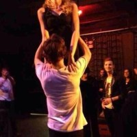 "Taylor Swift e Harry Styles repetem famosa cena do filme ""Dirty Dancing""; veja foto"