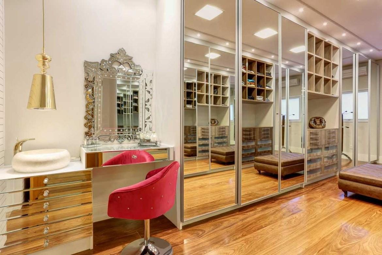 Closet com porta espelhada e penteadeira