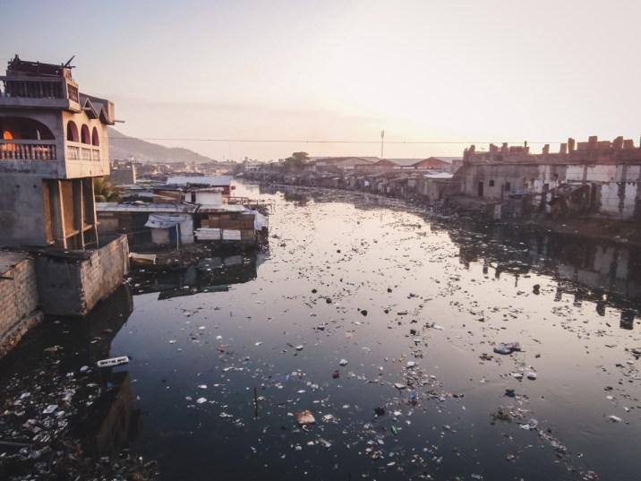 Il canale di Cap Haitien. Un peccato vedere tanta immondizie nel canale di una città tanto ordinata e pulita.