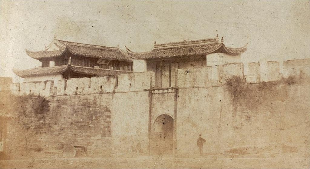 Photographie ancienne de la porte Heyi de la ville de Ningpo
