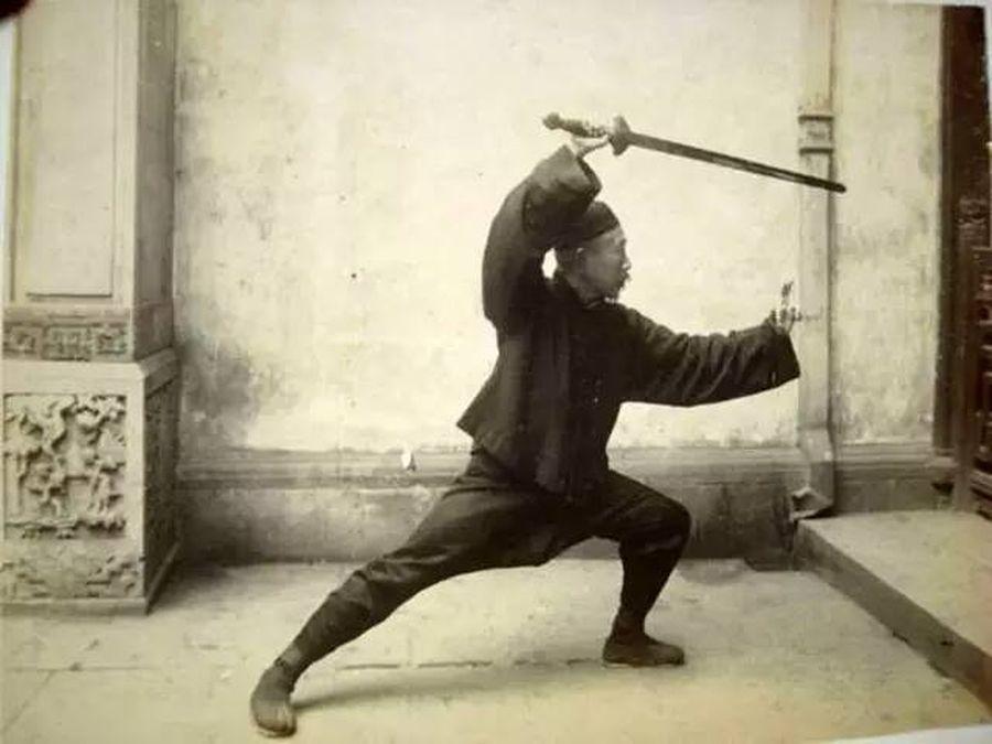 Chen Weiming travaillant l'épée