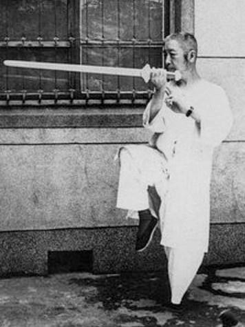 Cheng Man Ching tenant son épée,