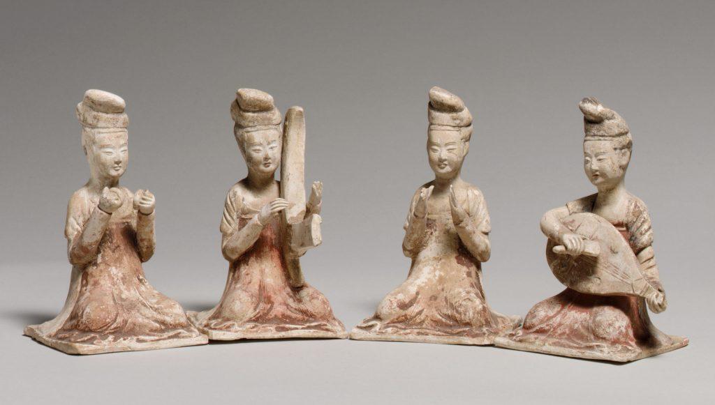 Musiciennes assises, terre cuite avec pigment, poterie funéraire fin du 7e siècle