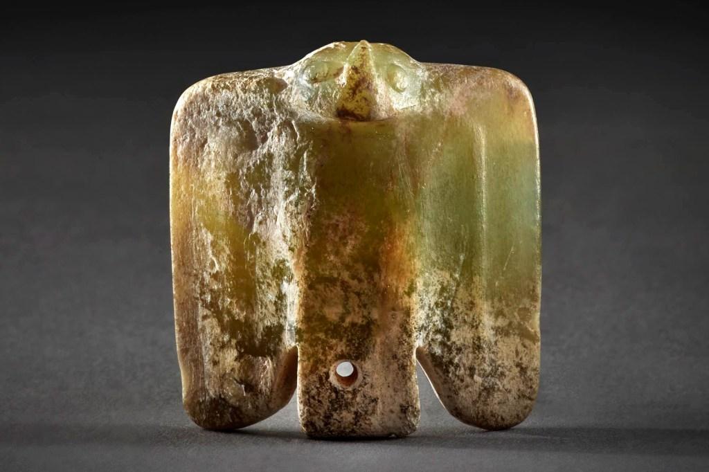 Amulette en forme d'oiseau en jade vert, période néolithique, culture Hongshan