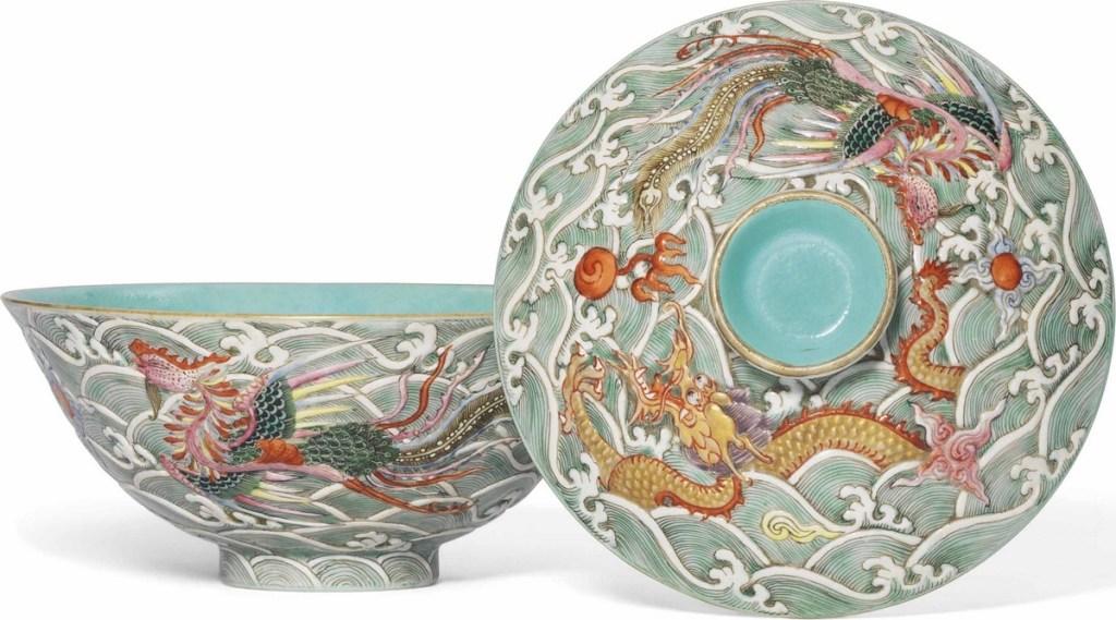 Bol et couvercle moulés de la famille rose, à décor de dragon et phenix