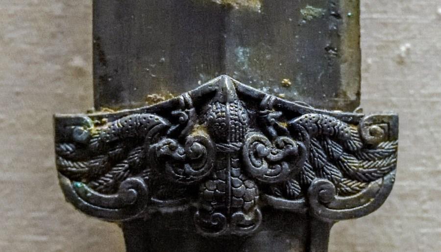 Épée en bronze de la dynastie des Zhou Orientaux, détail garde