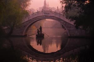 Pont sur le lac mince de l'ouest, Michael Yamashita