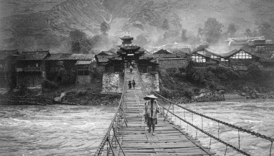 Pont suspendu traversant un fleuve de montagne à Luding, Auguste François