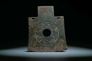 Hache tomahawk bronze, motif de croix, dynastie Shang