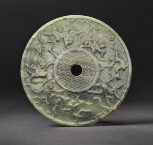 Bi-disque en jade céladon avec des figures dansantes, Dynastie des Han orientaux