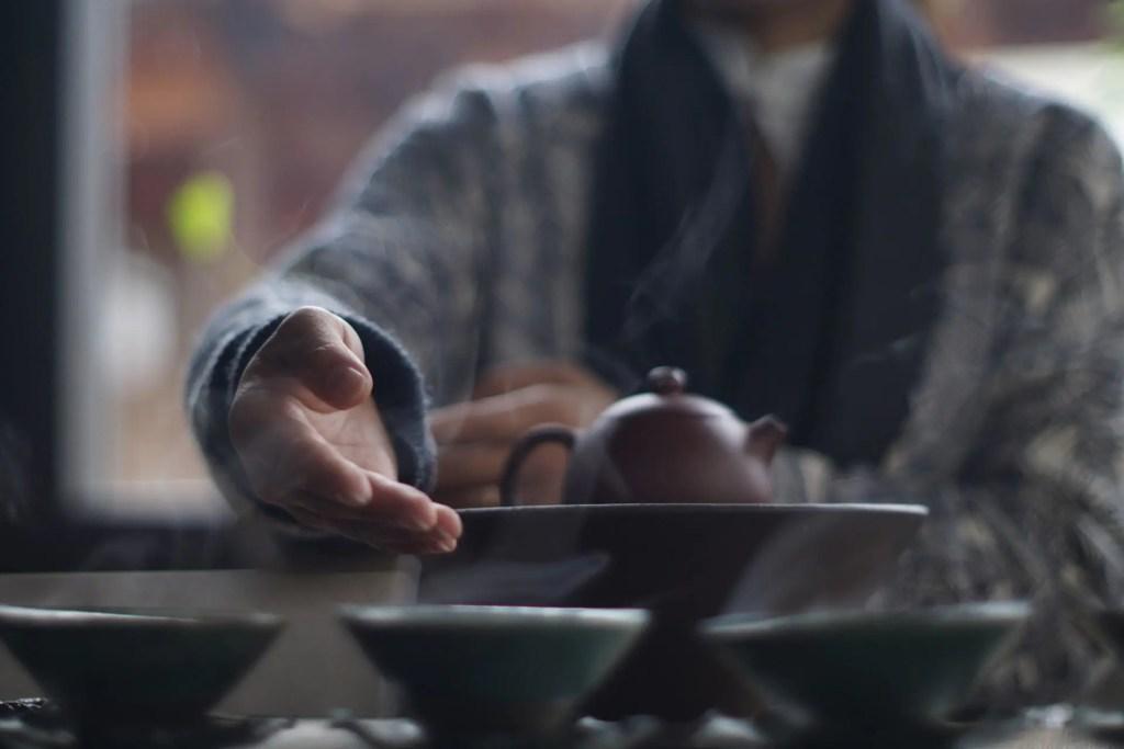 Les poèmes naissent du thé et le thé est beau à cause des poèmes.