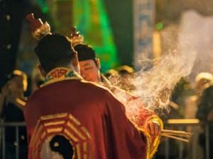 Encens, cérémonie avec deux prêtres taoïstes