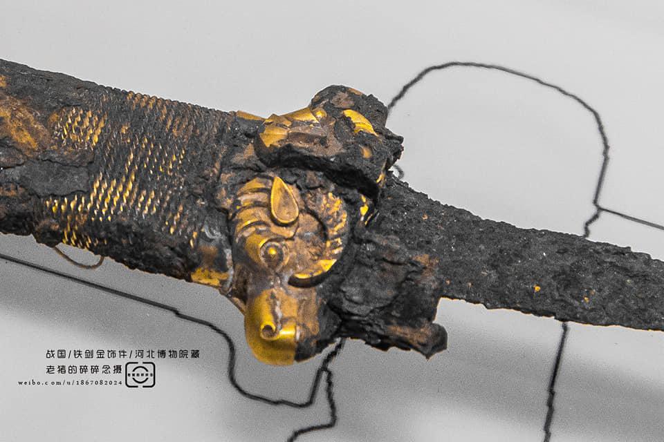 Épée en fer avec ornements en or de la période des Royaumes combattants