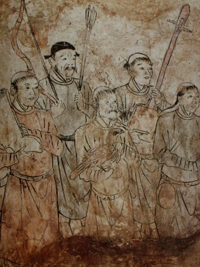 Serviteurs tenant un instrument de musique, un arc et des flèches, des bottes et un faucon, peinture murale d'une tombe Khitane en Mongolie-Intérieure