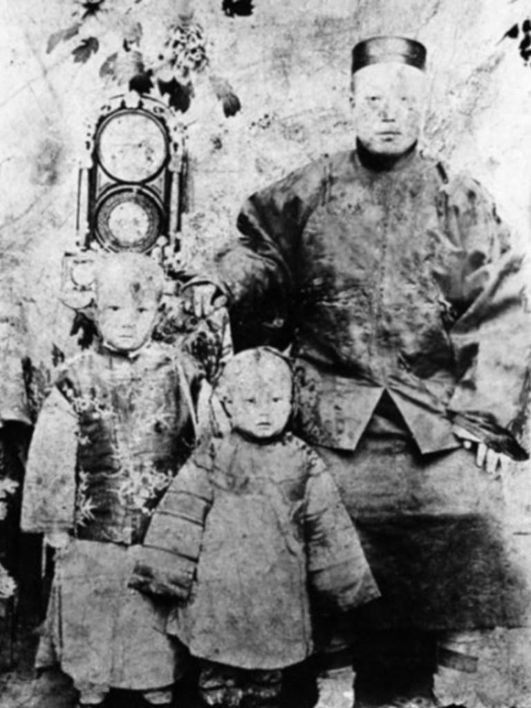 Liang Tungtsai à cinq ans, avec son père et sa sœur, 1905