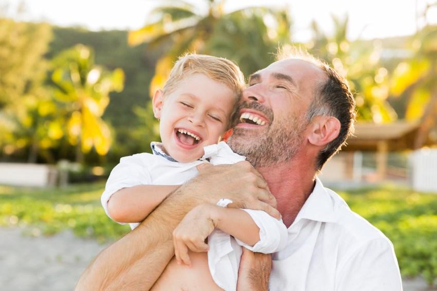 Un père et son fils sur une plage de la Réunion par la photographe de famille Fanny Tiara