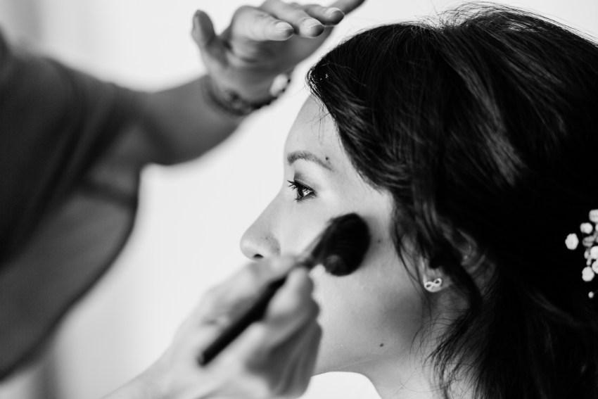Une mariée en plein maquillage, photo par Fanny Tiara