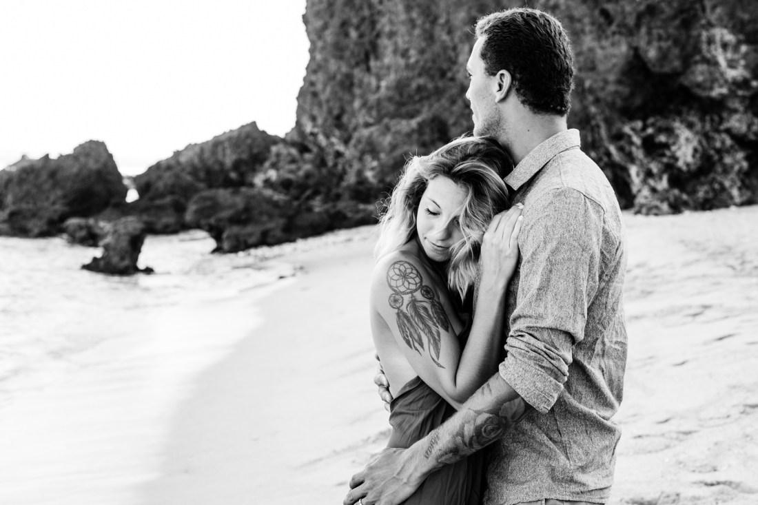 Un couple qui s'enlace sur une plage de l'île de la Réunion lors de leur séance photo professionnelle