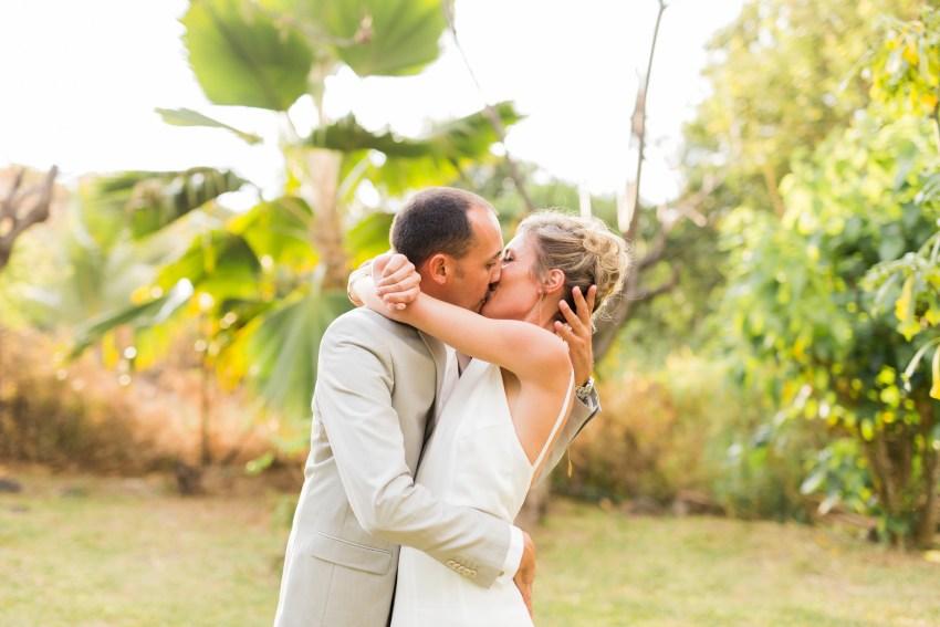 un couple qui s'embrasse durant un mariage à la réunion