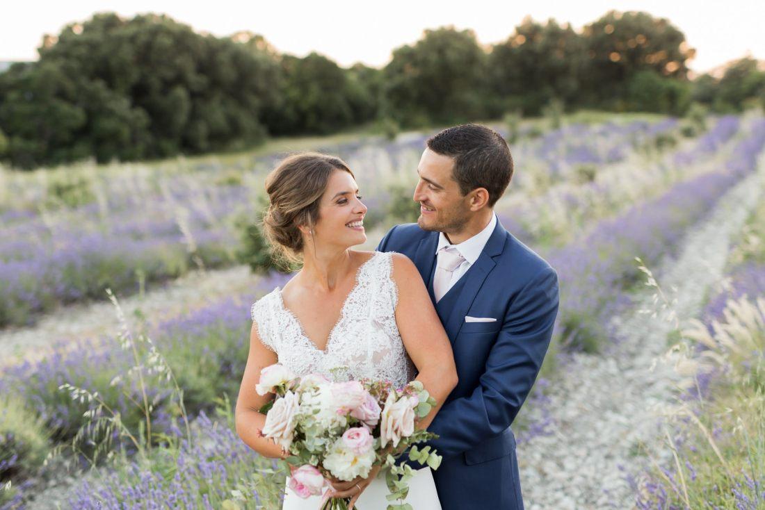 photo de couple au coeur d'un champs de lavande en provence