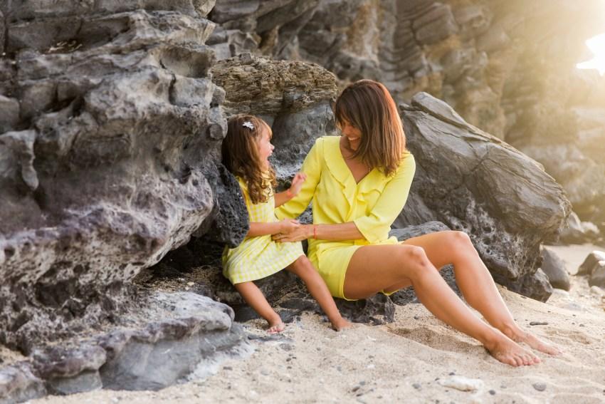 Une mère et sa fille qui joue sur une plage de l'ile de la Réunion par la photographe de famille Fanny Tiara