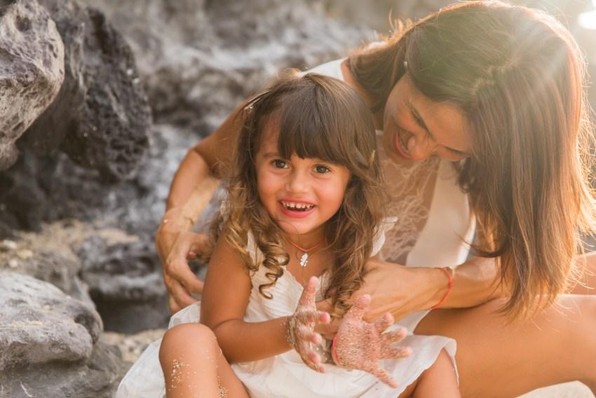 Chatouille entre une maman et son enfant