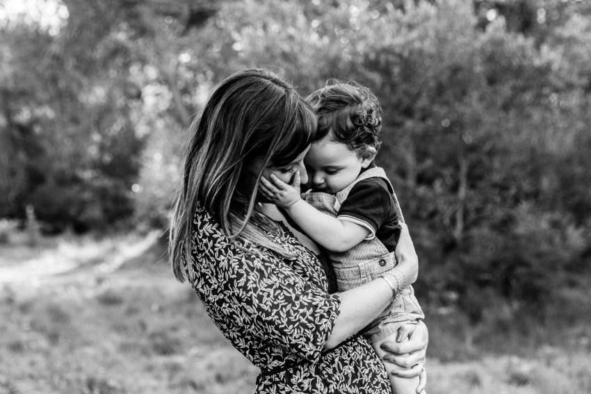 Un petit bebe d'un an dans les bras de sa maman