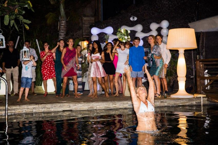 lancer de bouquet dans la piscine lors d'un mariage