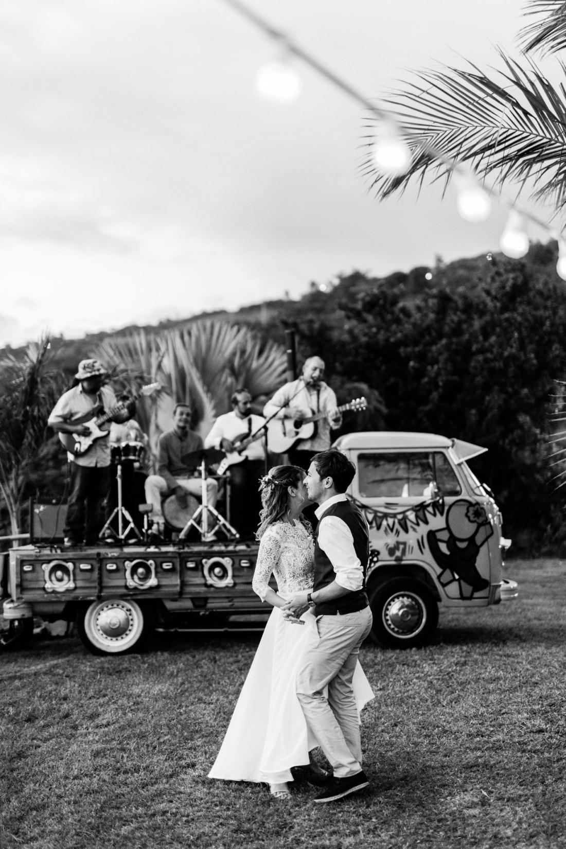 Photo d'un couple qui danse lors d'un mariage au jardin d'Ama à la Réunion