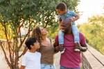 Une séance photo de famille avec des enfants complices