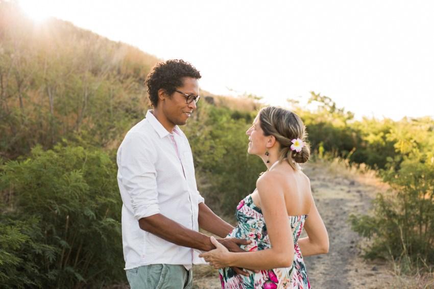 Futurs parents immortalisés par une photographe de grossesse professionnelle de la Réunion