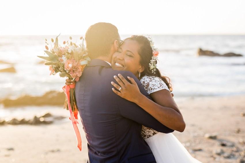 Mariée souriante dans les bras de son homme le jour de son mariage à la Réunion