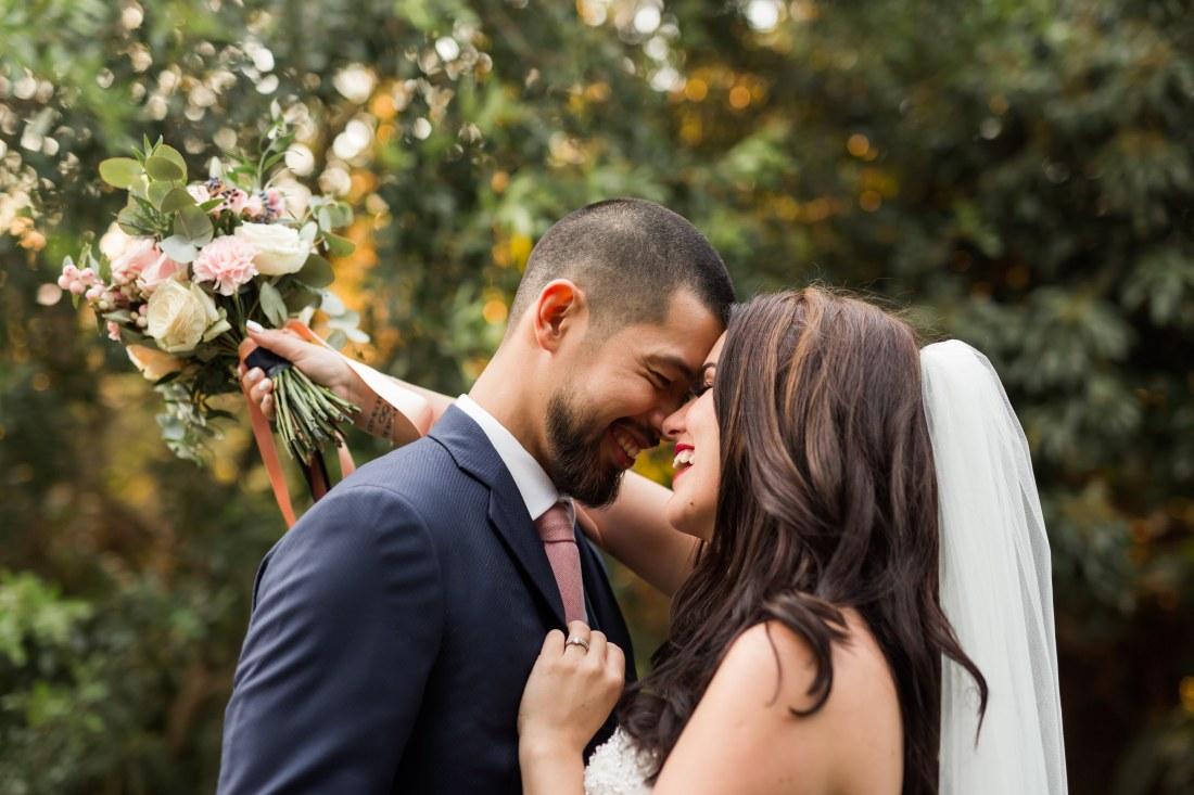 Un couple qui s'enlace durant leur mariage à la Sainte Hélène