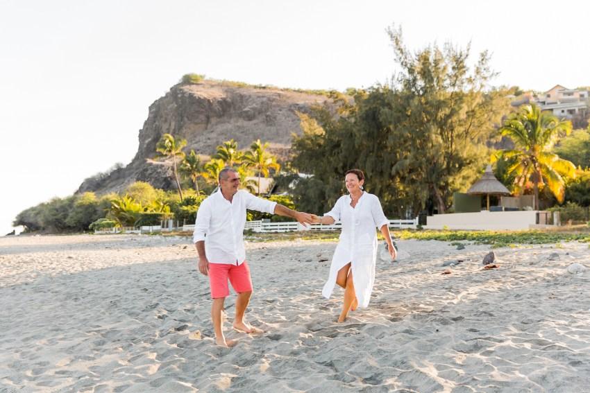 Un couple de grands-parents qui danse sur une plage de la Réunion