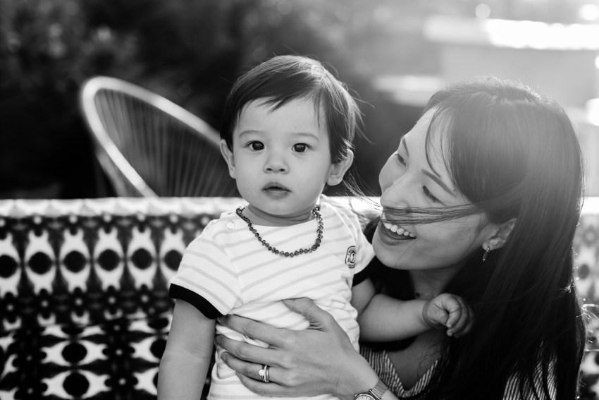 Un bébé et sa maman lors d'un shooting famille par la photographe professionnelle Fanny Tiara