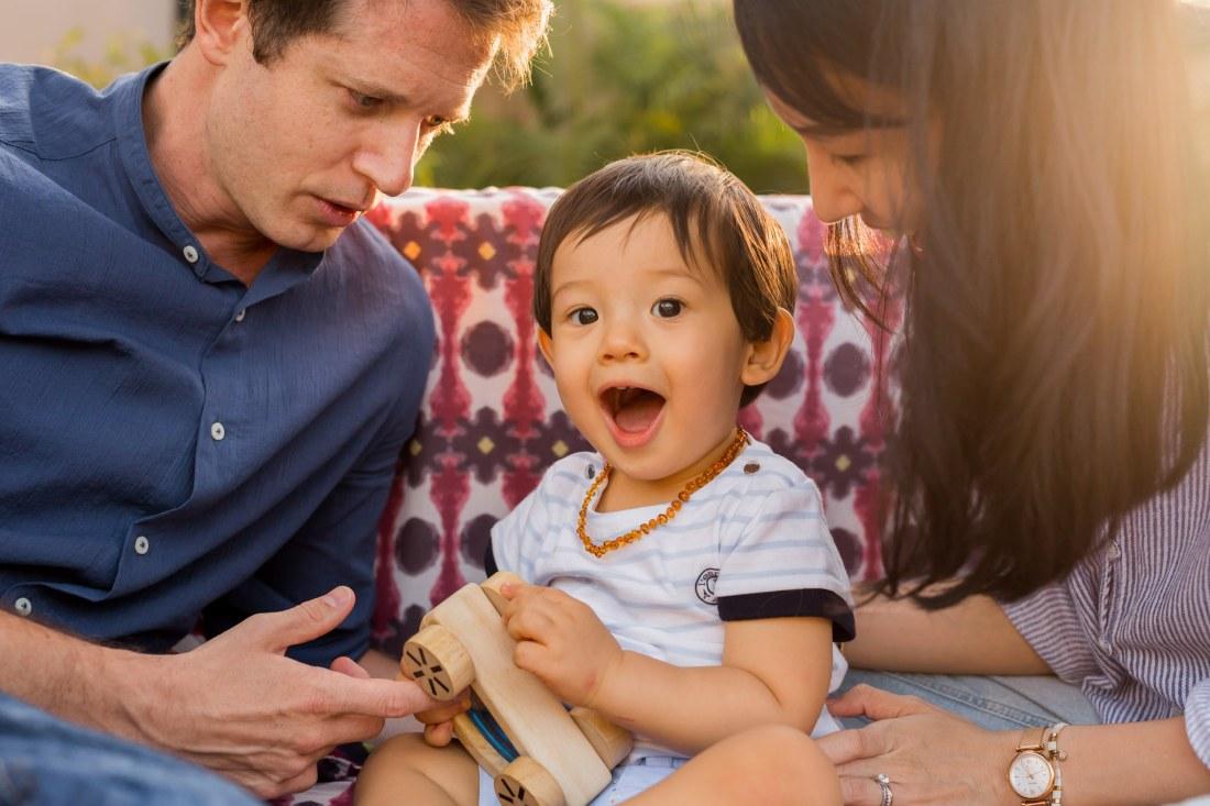 Un enfant surpris lors d'une séance famille