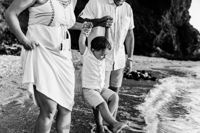 Une séance famille par un photographe professionnel sur une plage de l'île de la Réunion