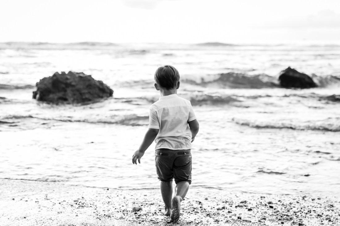 Un petit garçon face à l'océan indien lors d'une séance famille avec la photographe professionnelle Fanny Tiara