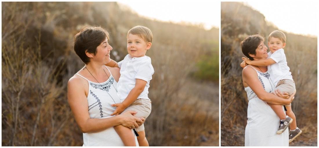 Un fils et sa maman lors d'un shooting famille au coucher de soleil de la Réunion