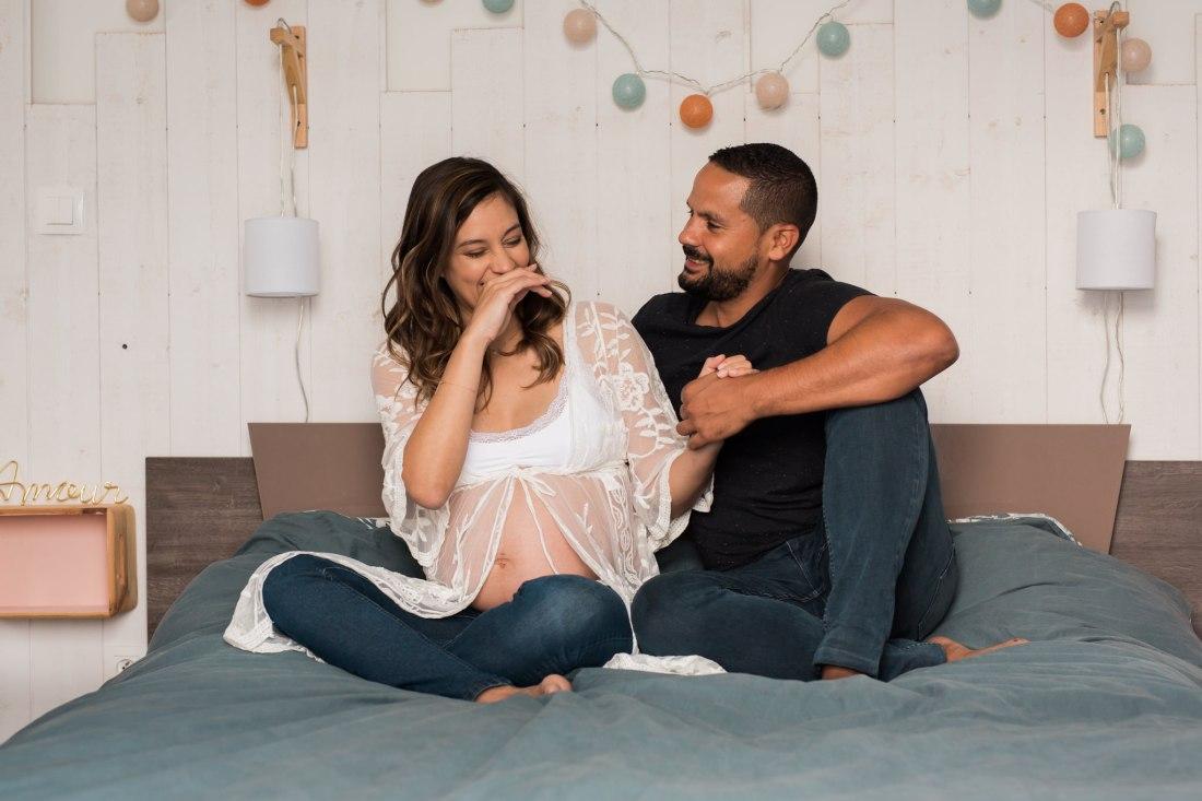 Une photo naturelle d'un couple lors d'une séance grossesse