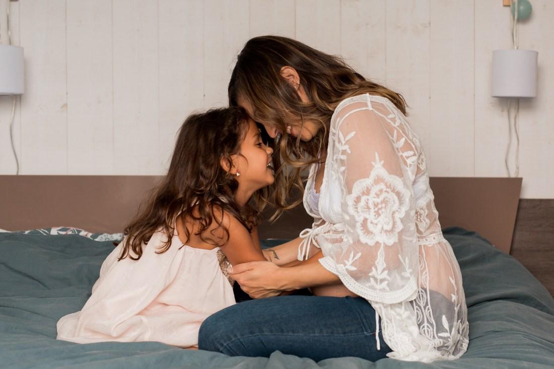 Complicité mère fille lors d'une séance photo