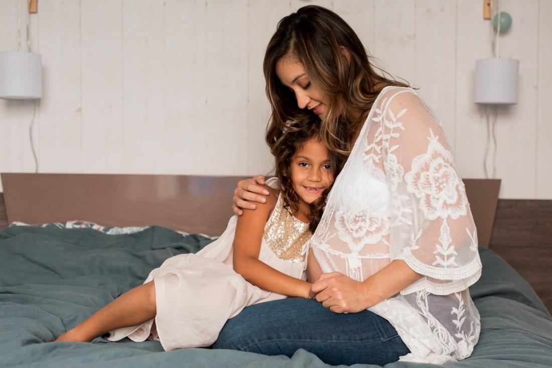 Complicité mère fille lors d'un shooting famille