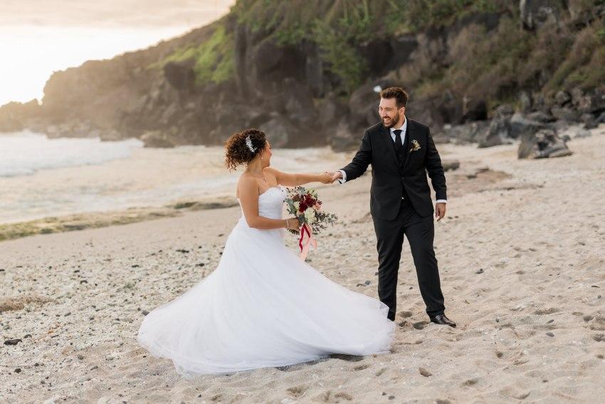 Un couple amoureux lors de leur mariage sur la plage de grande anse à la Réunion