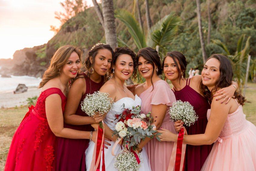 Photo de groupe lors d'un mariage sur la plage de grande anse à la Réunion