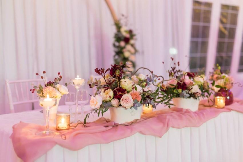 Décoration de mariage au domaine des mille cocos rose, doré et marsala par pom event