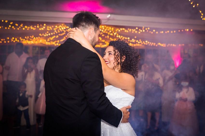 Mariés qui danse sur la piste de la salle de réception du domaine des mille cocos